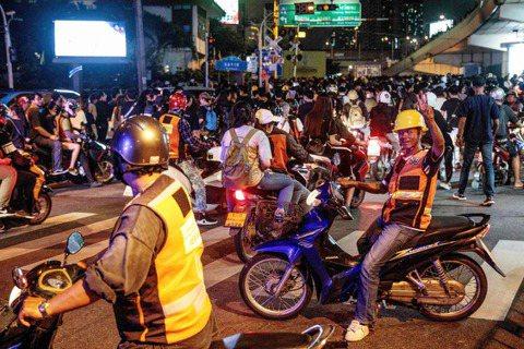 「平常每天的車資收入,大概1,000泰銖(新台幣900元左右)。這陣子收入有多到...