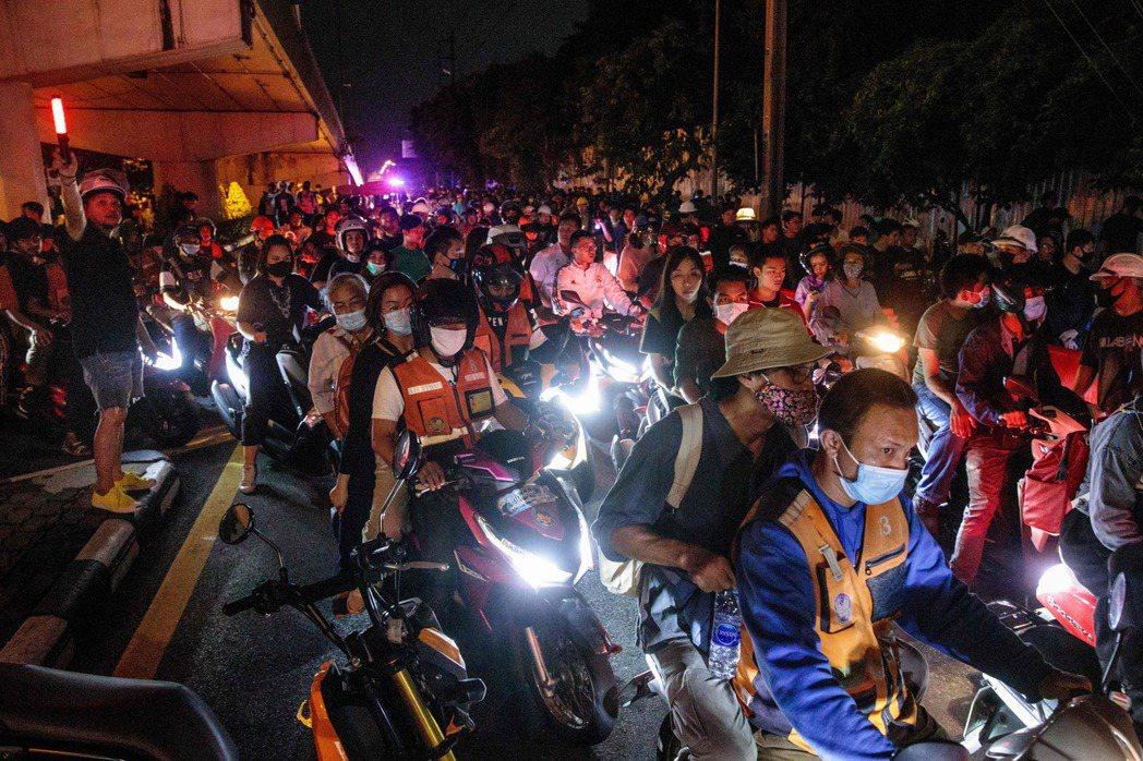 時常穿梭在泰國街頭巷尾的「摩托計程車」,是在2020泰國民主運動中幫助學生動員、...