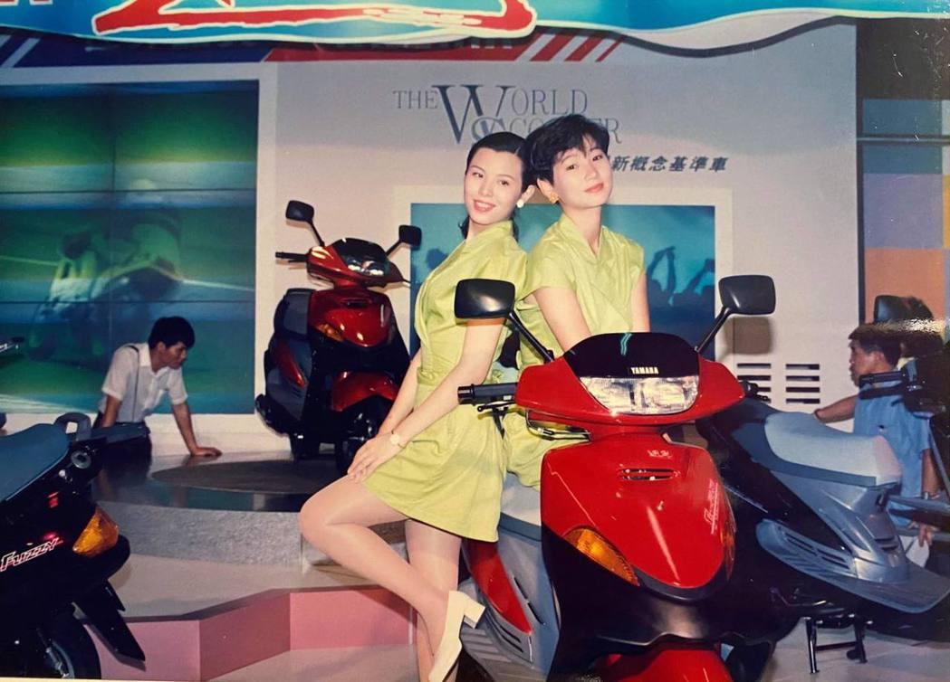 郁方分享年輕時首次當車模的照片。 圖/擷自郁方臉書