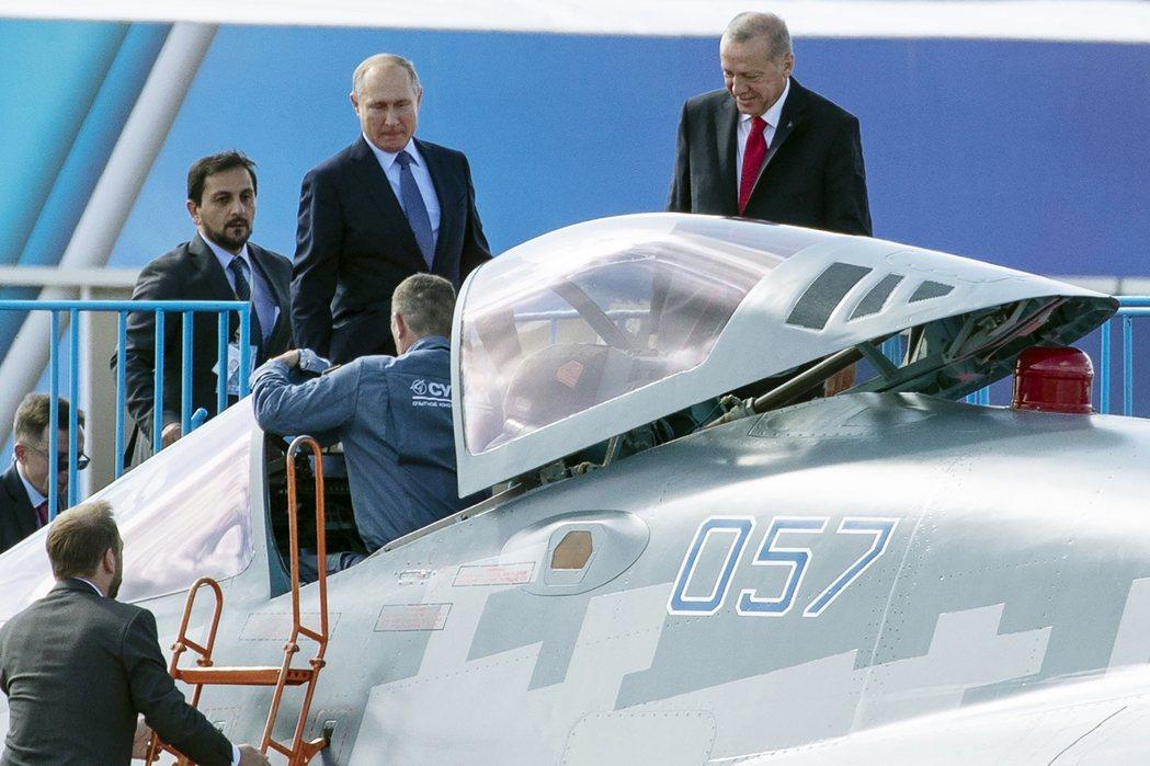 普丁向厄多安展示並推銷俄國研發中的Su-57匿蹤戰鬥機。 圖/美聯社