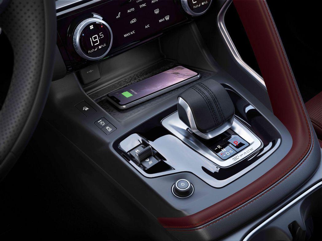 中控台帶有無線充電板,以及板球縫線的全新排檔桿。 圖/Jaguar提供