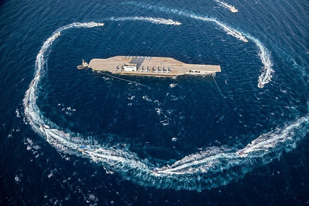 2020年7月,伊朗革命衛隊在波斯灣的實彈軍演。演習中,伊朗還打造了一艘「1:1...