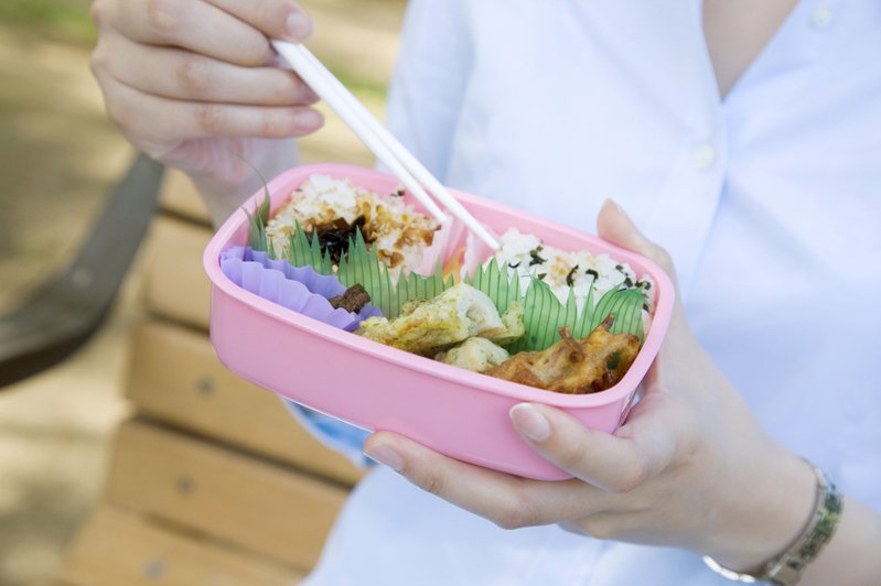 一名網友抱怨購買無菜單「手作」餐盒,卻與一般常見的便當菜色無異,更質疑價格高達135元實在太貴了!圖為示意圖。圖/ingimage