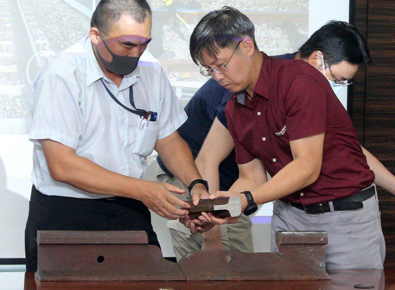 國家運輸安全調查委員會臨時舉行記者會,運安會鐵道組資深調查官林彥亨(右)出席說明斷軌事件。記者胡經周/攝影