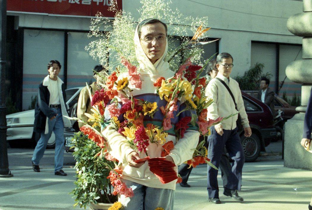 祁家威常身穿顯眼服飾上街為愛滋防治募款。圖為1994年11月7日,祁家威頭戴滿天...