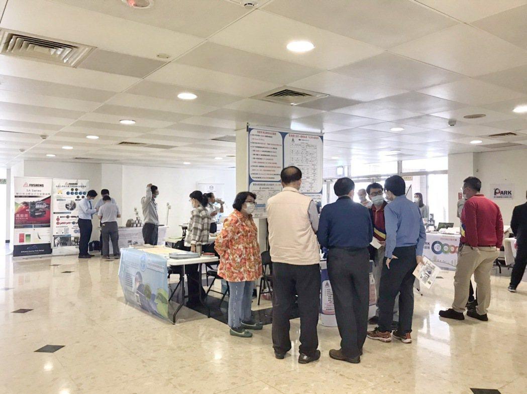 活動邀請ESCO協會所屬12家能源技術服務業會員廠商現場設攤展示,不少廠商前往洽...