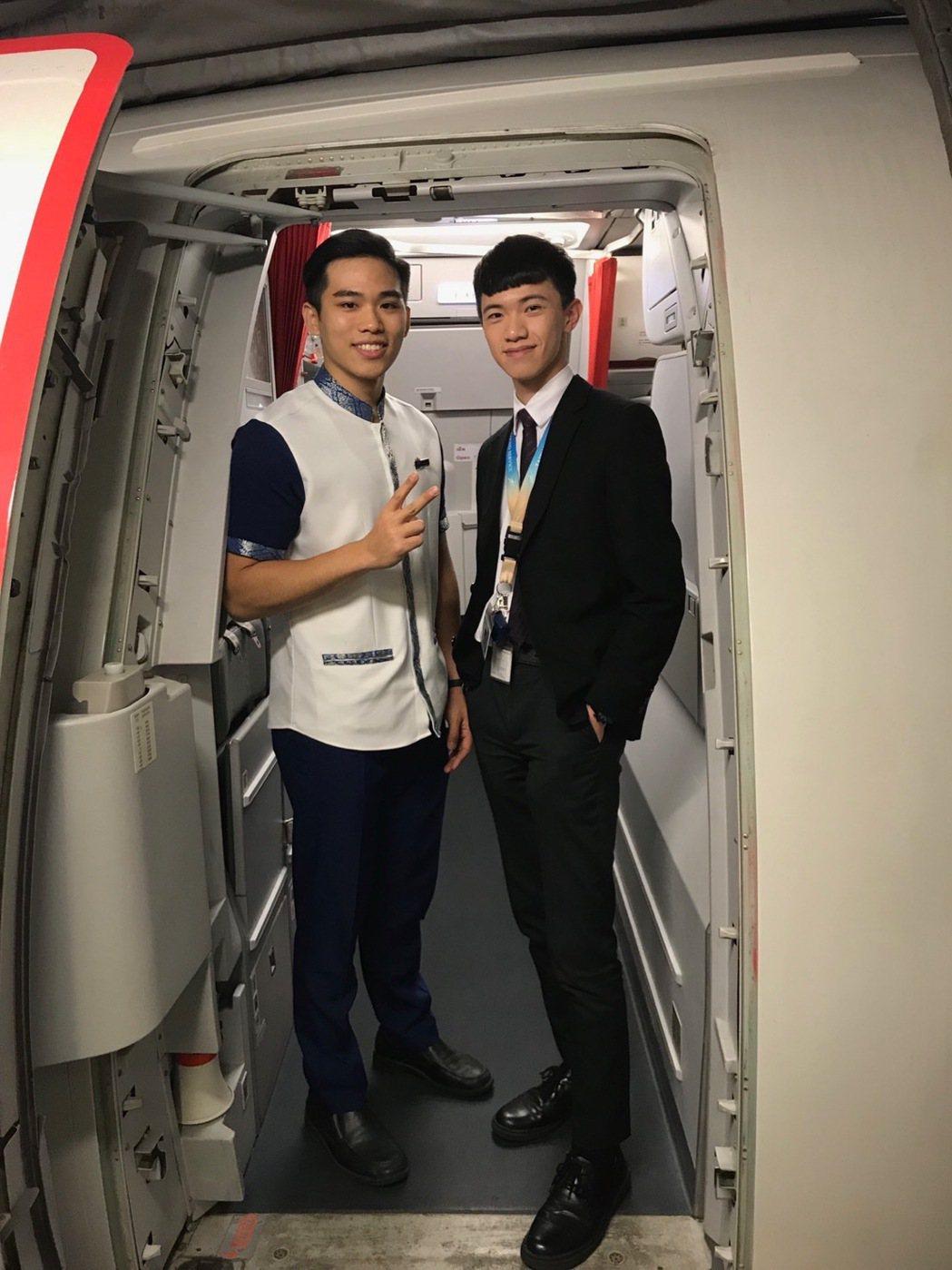 航服系游偉利同學(右)與航服系第1屆畢業生錄取柬埔寨航服空服員的黃柏綸(左)。 ...