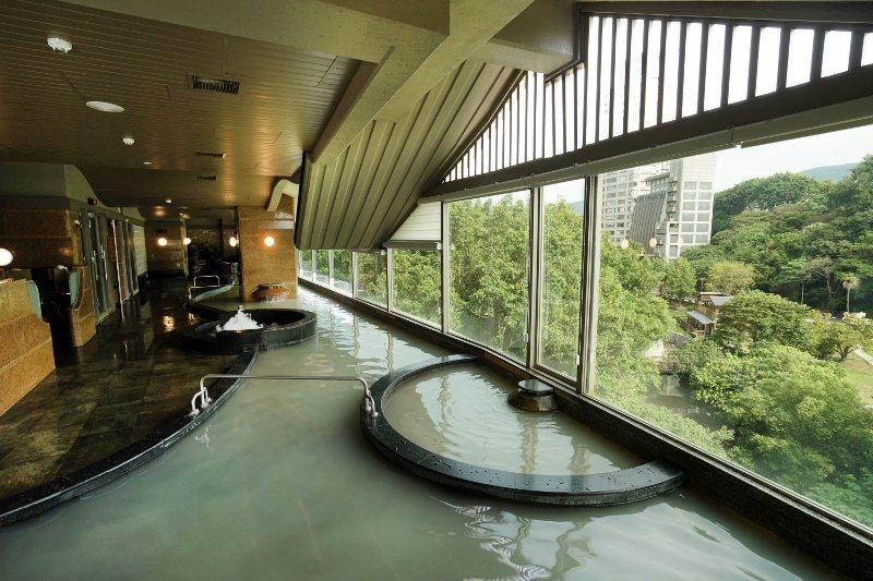 日勝生加賀屋廣闊的白磺大眾溫泉池,揭開窗簾,可見對面北投公園。 業者/提供