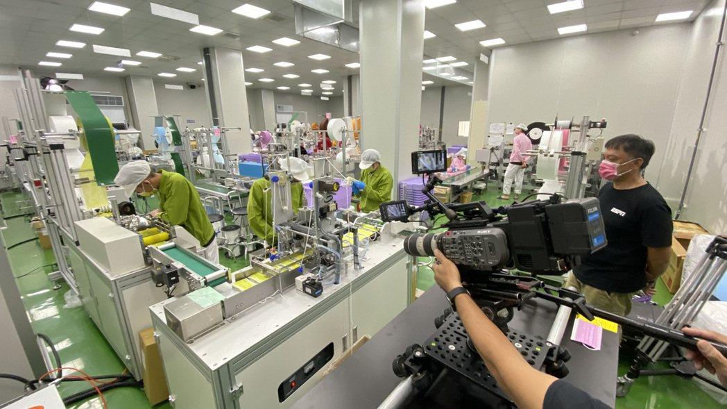 碩頂精密不僅自行生產有口罩心臟之稱的熔噴布,且防潑層及親膚層等材料皆採用台灣製造...