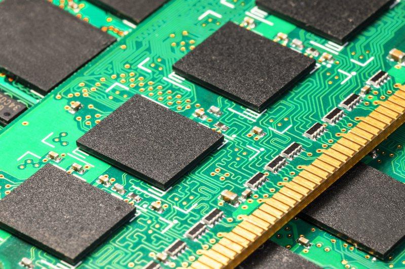 IC Insights預期,明年5G智慧手機出貨量可望達5億支規模,還有伺服器、電腦及其他新興系統應用需求驅動,未來DRAM市場可望連續3年成長超過1成水準。示意圖/ingimage授權
