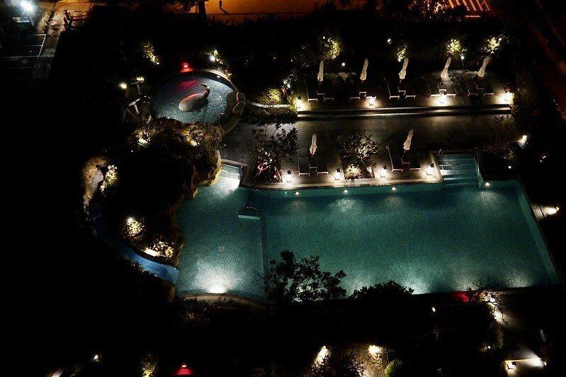 6樓地MU CLUB溫水泳池的夜景。