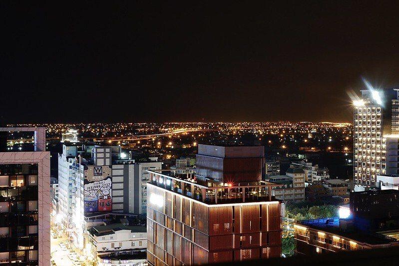 寒沐酒店周邊櫛比鳞次的建築物,從12樓的房間所見到的夜景。