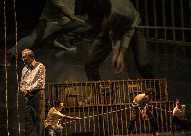 狂想劇場作品《非常上訴》,邀請曾經歷白色恐怖的陳欽生(左)現身說法。圖/狂想劇場提供、攝影/陳少維