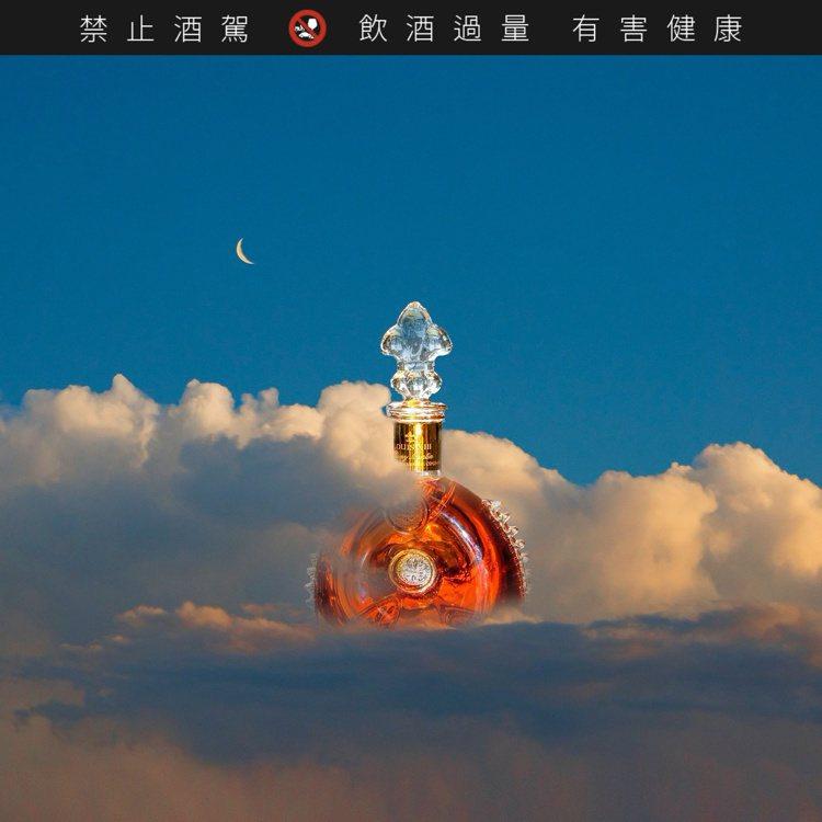 藝術家KangHee Kim讓路易十三變得既輕盈又夢幻。圖/路易十三提供。提醒您...