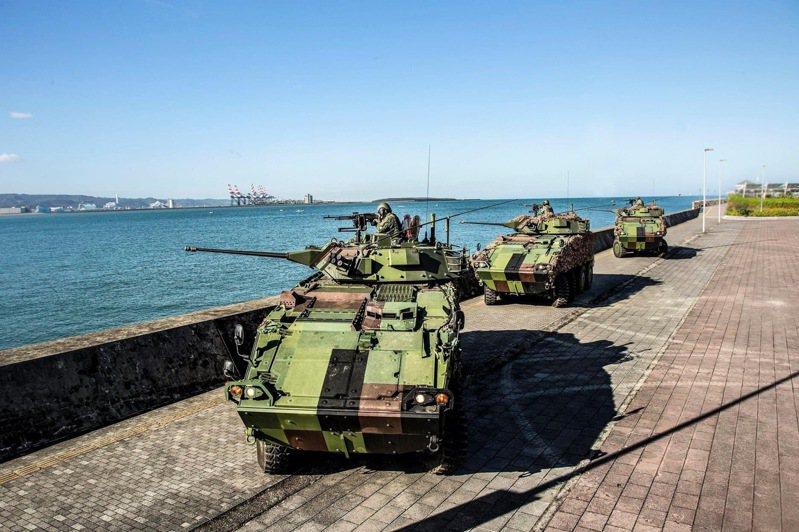 關指部CM34雲豹裝甲車於淡水河畔執行戰備任務訓練。圖/中華民國陸軍臉書粉專