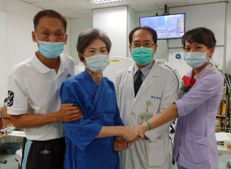 59歲黃姓婦人(左二)昏迷近一年,朱姓丈夫(左一)不放棄希望,終喚醒愛妻,並感謝台中醫院救治。圖/衛福部台中醫院提供