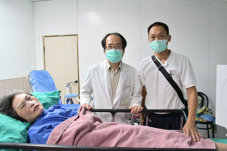 59歲黃姓婦人(左)昏迷近一年,朱姓丈夫(右)不放棄希望,終喚醒愛妻,並感謝台中...
