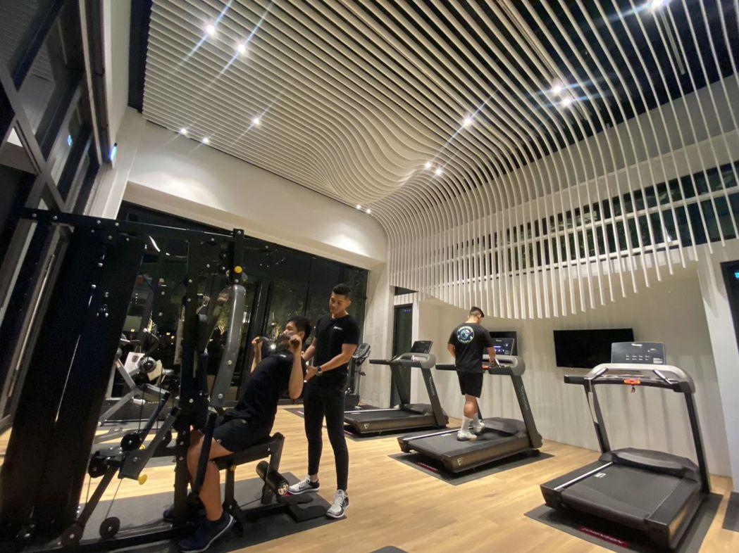 「懋榮Next 1」一樓健身房,聘請專業健身教練,規劃瑜伽、TRX、有氧舞蹈等健...