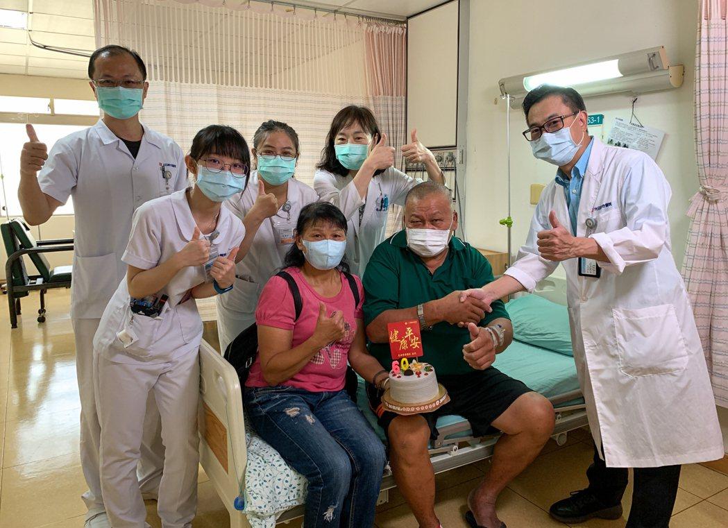 陳姓男子住院治療(前右二),妻(前左二),和治療他的神經放射診療科醫師嚴寶勝(前...