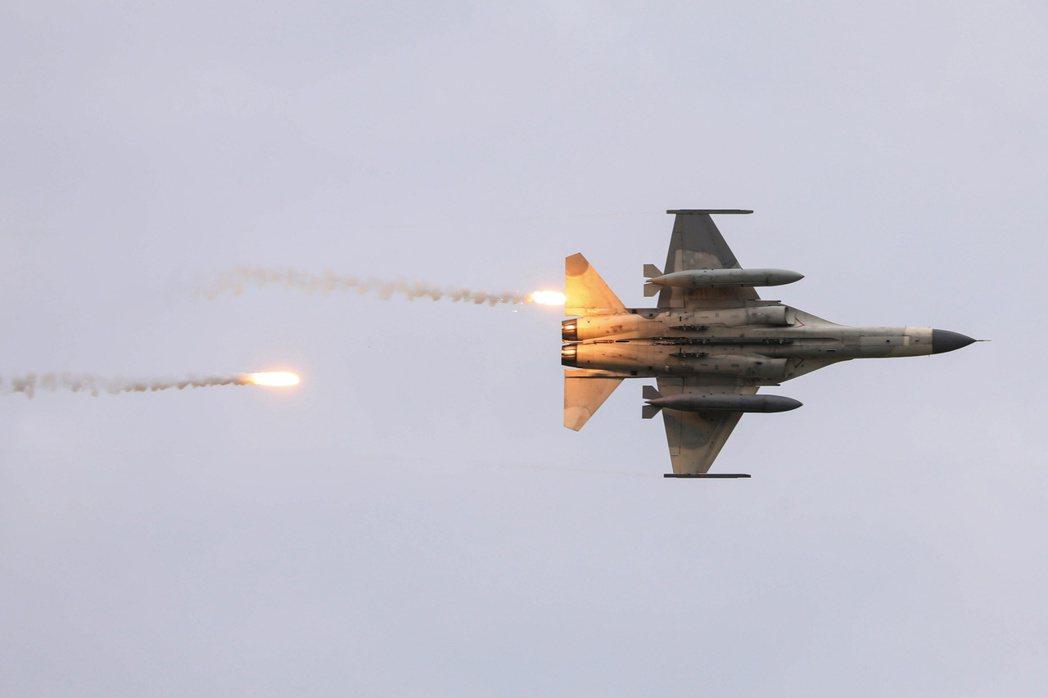 7月16日台灣IDF戰機參加漢光演習的檔案照。  路透