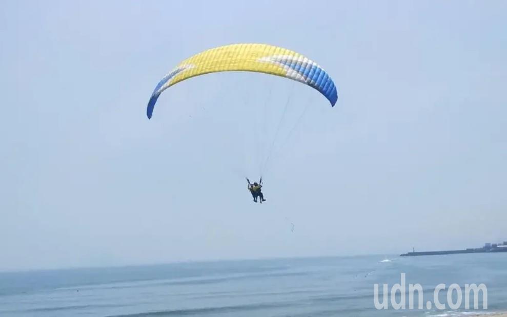 北海岸獨創水上飛行傘遭勒令停業,業者錯愕難接受。記者游明煌/攝影