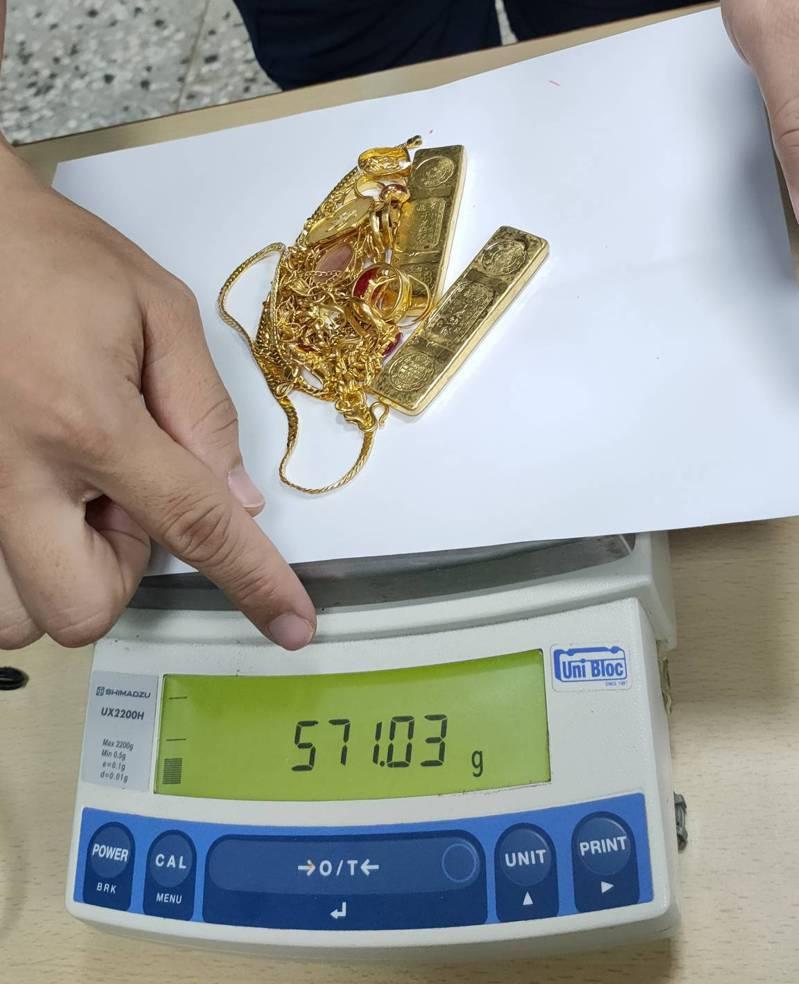 經多次秤重,確認金飾重量。記者謝進盛/翻攝