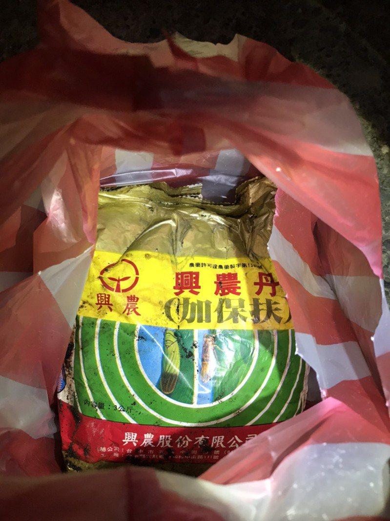 高雄市環保局會同農田水利署高雄管理處、警方調查,發現排溝內遭棄置農藥「加保扶」,導致水圳內水色變成紅色。圖/高雄市環保局提供