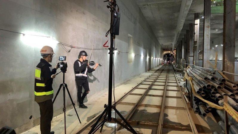 網紅音樂家林子安(前)於捷運萬大線植物園潛盾隧道拍攝MV,引起廣大迴響。圖/北市捷運局提供