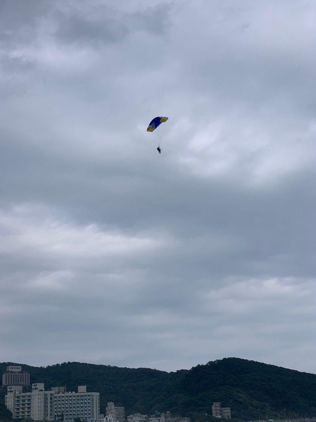 北海岸飛行傘業者遭稽查後被認定降落場地不安全,遭勒令停業。記者張睿廷/攝影