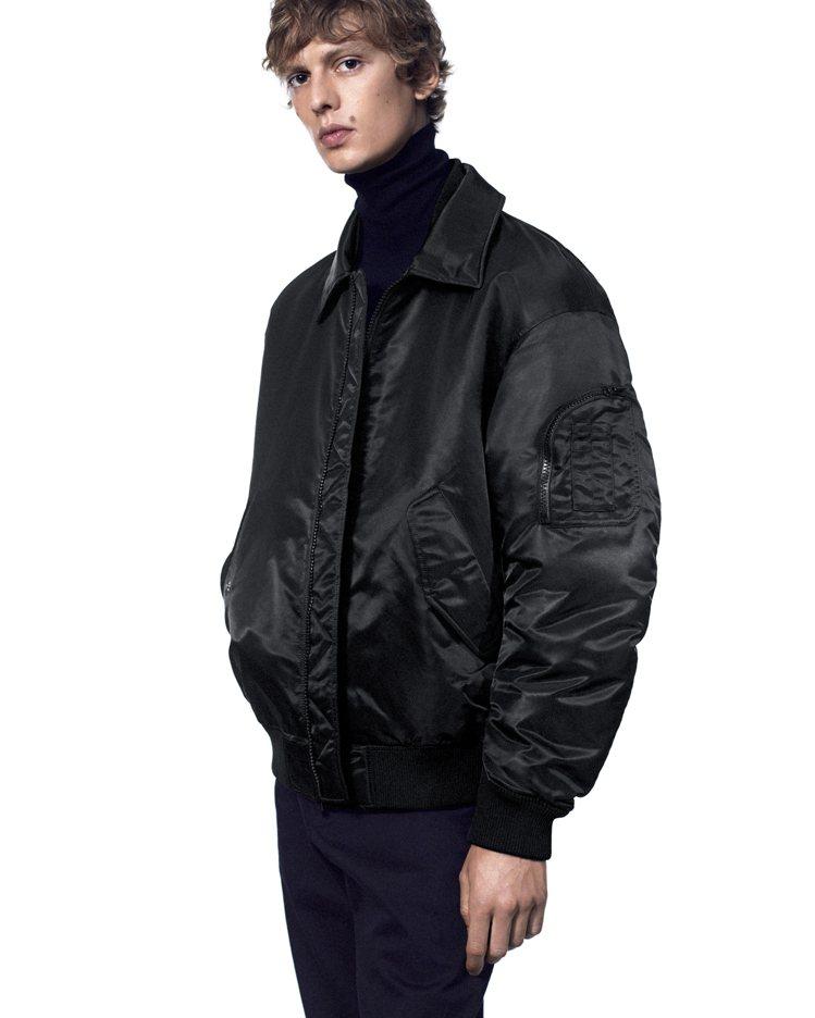 +J 羽絨寬版布勞森外套4,990元。圖/UNIQLO提供