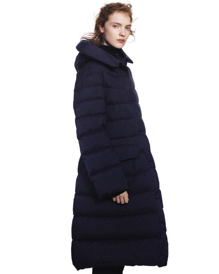 女裝+J特級極輕羽絨連帽大衣4,990元。圖/UNIQLO提供