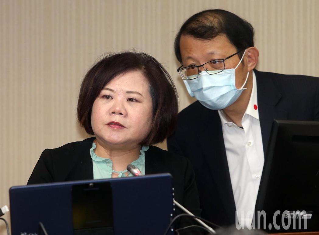 勞動部長許銘春(左)上午在立法院表示,目前勞保提存率僅7.16%,主要是勞保費率...