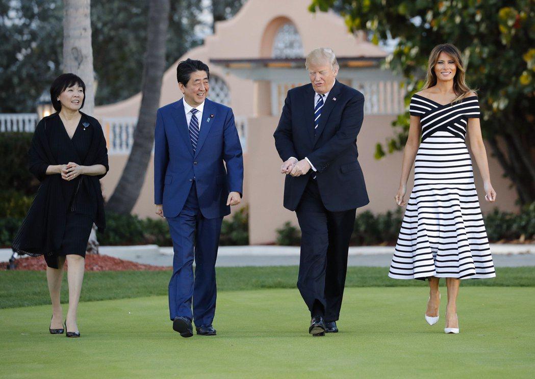 美國總統川普夫婦2018年7月在佛州海湖莊園接待當時還是日本首相的安倍晉三夫婦。...
