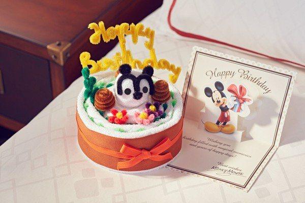 房間生日驚喜─迪士尼好朋友毛巾蛋糕與小卡。圖/香港迪士尼樂園提供