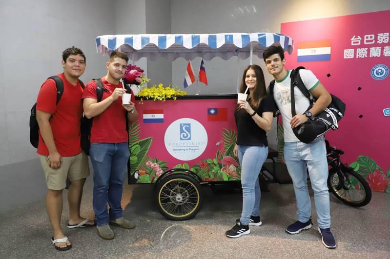 台科大巴拉圭學生試飲,結合巴拉圭瑪黛茶及台灣珍珠奶茶特色的「珍珠瑪黛茶」。圖/台灣科技大學提供