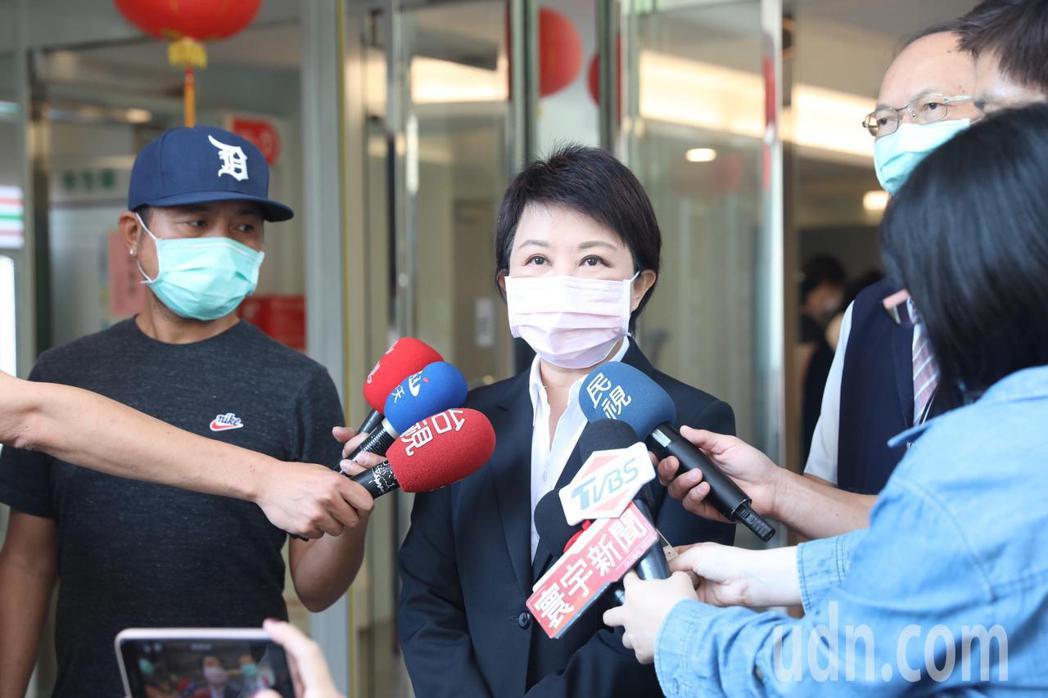 台中市長盧秀燕表示,中央透過一紙公文即要求地方修改自治條例,讓市民面臨瘦肉精風險...