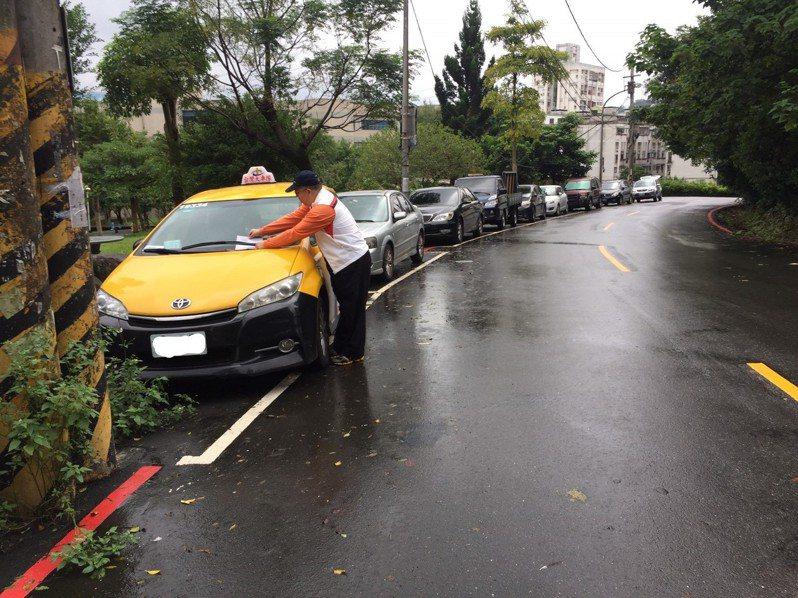 11月2日起汐止區伯爵街、淡水區淡金路1段等巷弄內的路邊停車格將實施收費管理。圖/新北交通局提供