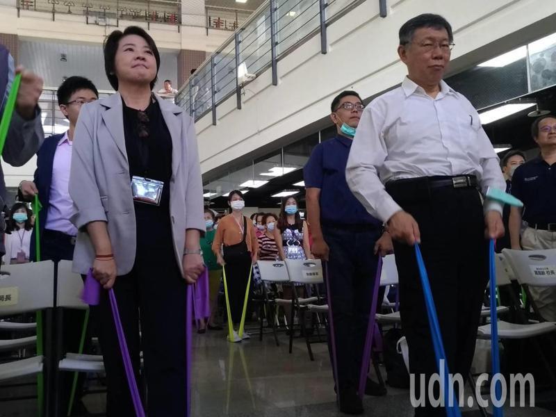 台北市首創「高齡健康前瞻中心」。市長柯文哲(右)說,「高齡健康前瞻中心」將是老人運動的研發示範中心。記者林麗玉/攝影