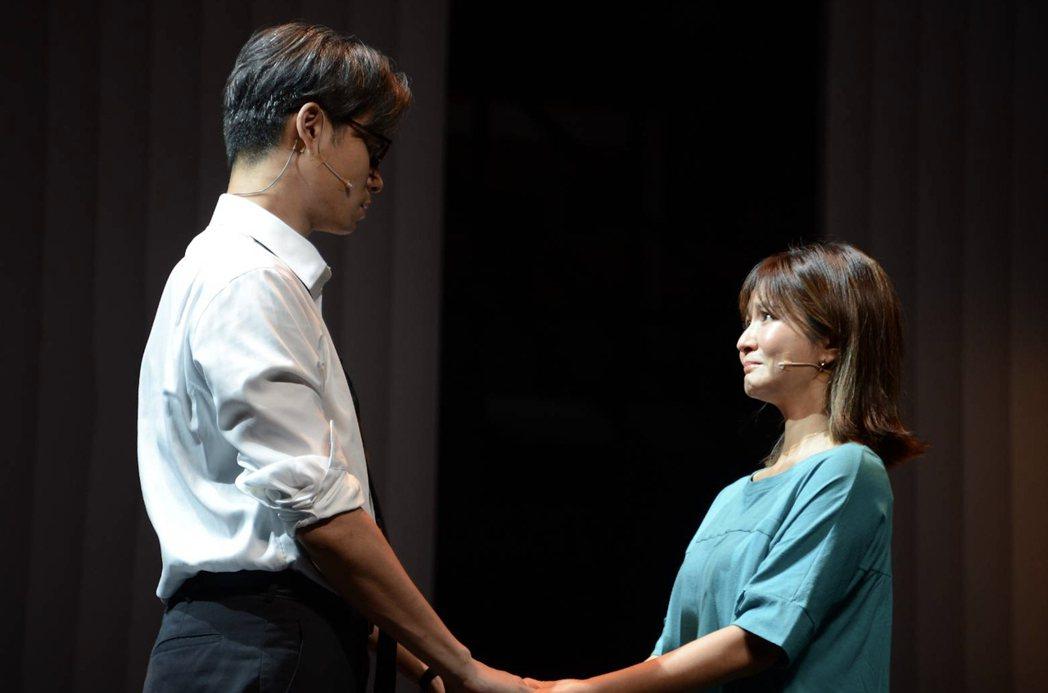 吳怡霈(右)與吳定謙在「我們與惡的距離」劇場版中演夫妻。圖/故事工廠提供
