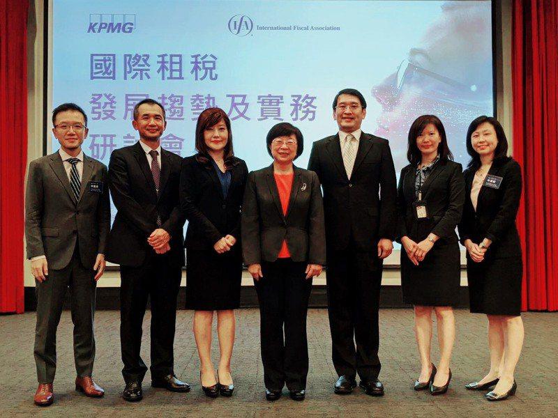 IFA中華民國總會理事長、財政部次長李慶華(中)今天參加「國際租稅發展趨勢及實務研會」,安侯建業稅務投資部營運長張芷(左三)也一同出席。圖/安侯建業提供