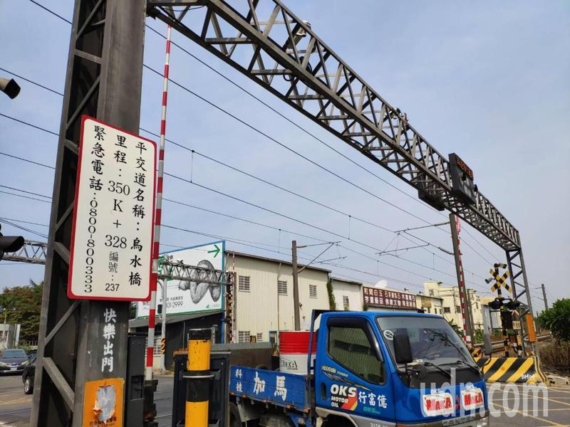 台鐵台南永康烏水橋平交道附近鋼軌裂縫,約有3200名遊客受影響。記者謝進盛/攝影