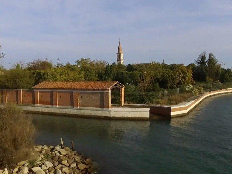 義大利威尼斯潟湖的波韋利亞島,曾設有黑死病患者隔離點與精神病院,屢傳鬼影幢幢,有「猛鬼島」之稱。路透/Caters News Agency