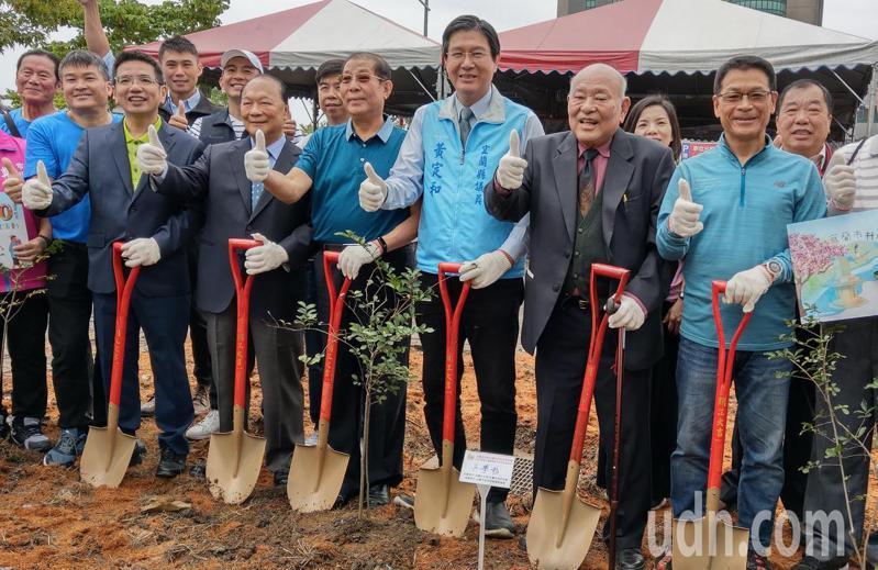 歷任市長受邀回來慶祝宜市升格80年,並在陽明路栽種紫薇,營造「紫薇迎賓大道」。記者戴永華/攝影