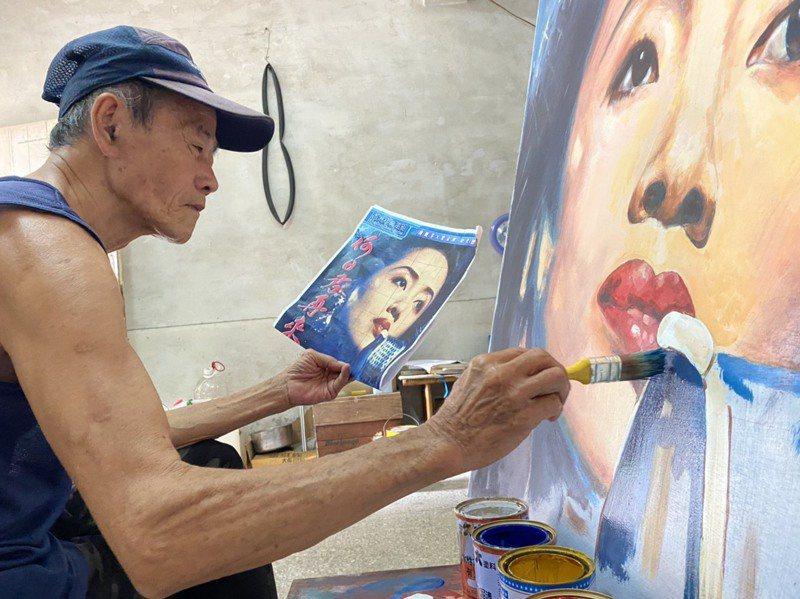 曾是雲林雙子星戲院電影看板手繪師的王剛毅,近日在雲林斗六手繪看板重新復刻戲院當年模樣,引起不少人注意。記者陳雅玲/攝影