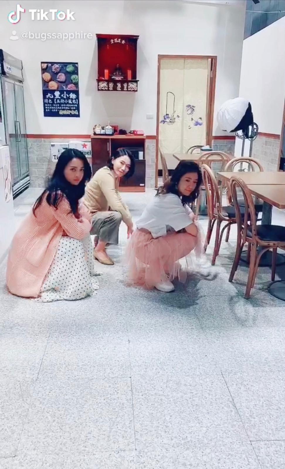 何蓓蓓(左起)賴慧如和郭亞棠大跳螃蟹舞。圖/民視提供