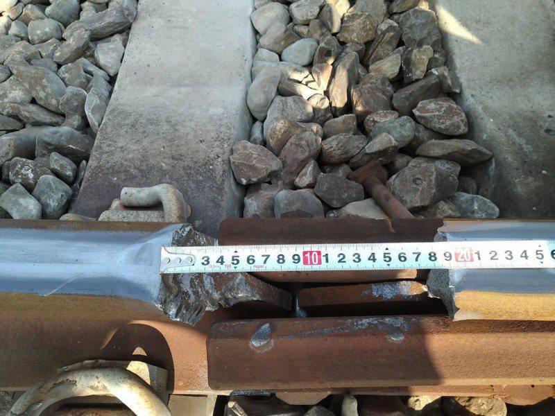 台鐵新市-永康間出現19公分斷軌。圖/交通部提供