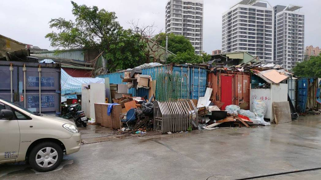台北市房價、租金高,出現不少蝸居,台北市南港區市民大道出現一處貨櫃屋,地主將10...