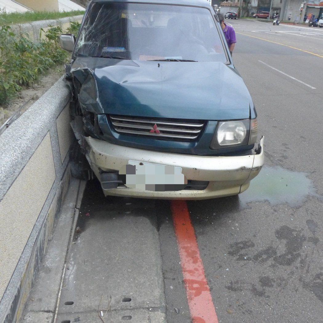 肇事李男車輛車頭毀損嚴重。記者柯毓庭/翻攝
