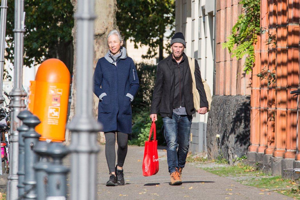 基努李維(右)在德國拍「駭客任務4」,女友亞莉珊卓葛蘭特陪伴在旁。圖/達志影像