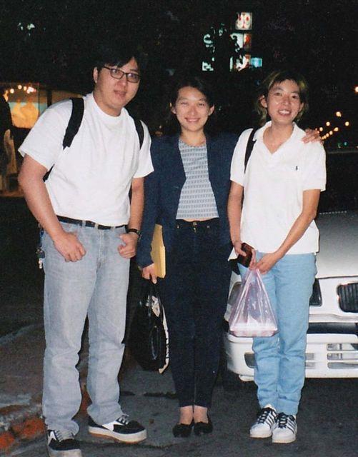 袁惟仁(左)的大姊袁藹玲(中)發文掀前弟媳陸元琪與一雙兒女2年來不聞不問,批「寡